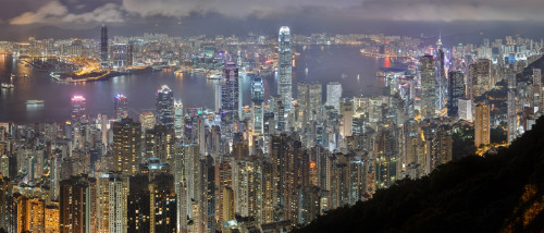 night view of victoria harbour from victoria peak 500x214 綺麗!豪華・絢爛! 世界の夜景 画像集